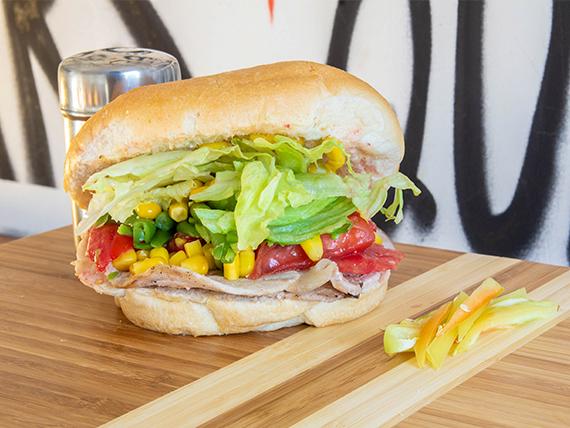 Sándwich en pan frica, de lomito con dos agregados