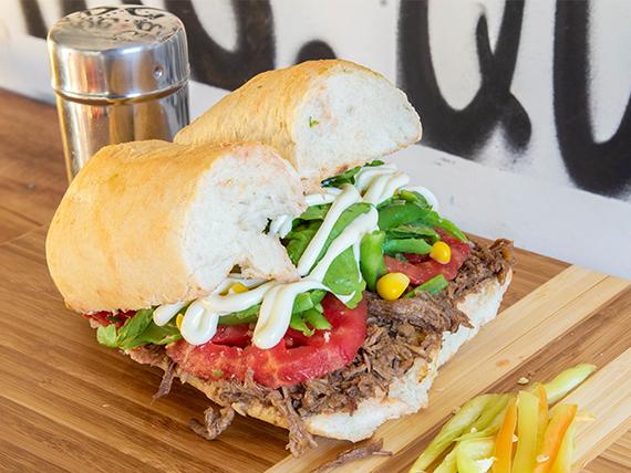 Sándwich en marraqueta, de mechada con dos agregados