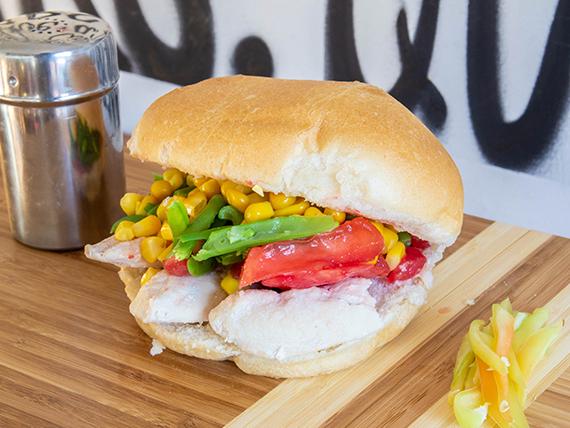 Sándwich en pan frica, de ave con dos agregados