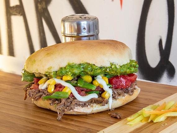 Sándwich en pan amasado, de mechada con dos agregados