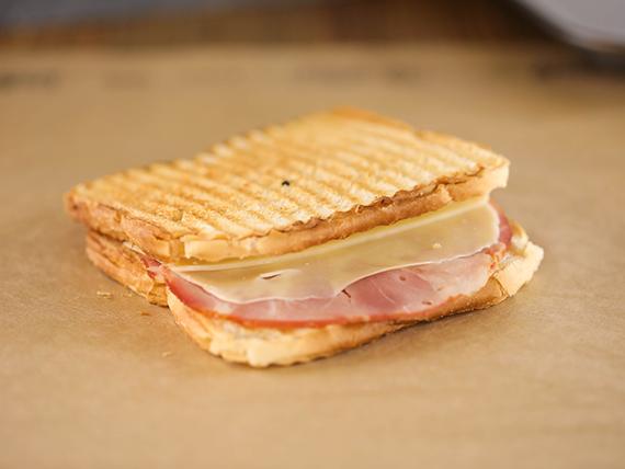 Sándwich tostado de lomito y mozzarella