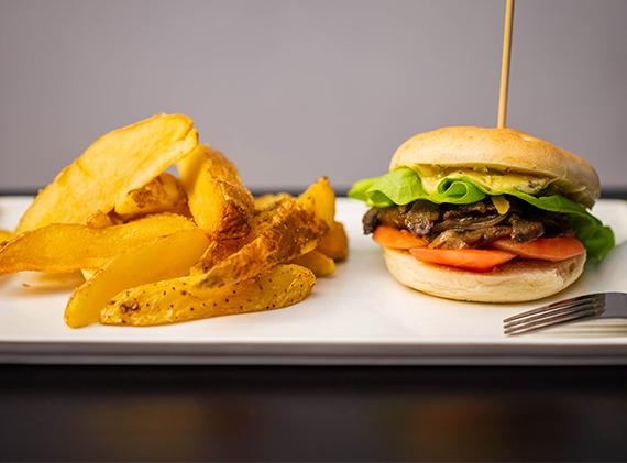 Veggeta burger con papas rústicas