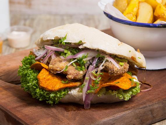 Sándwich de chicharrón de pescado con salsa acevichada