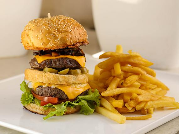 Burger Finca XXL con papas fritas