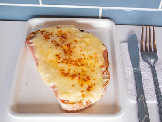Bigi junior - Tostada con palta o sándwich gratinado ham & cheese + capuccino
