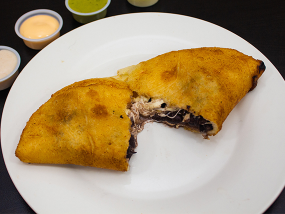 Empanada caraota (poroto) queso