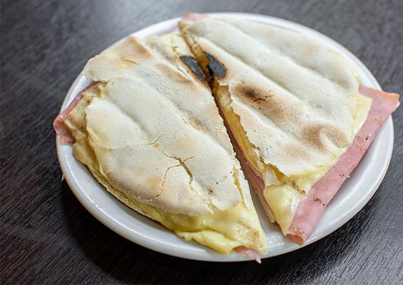 Tostado en pan árabe mixto (2 unidades)