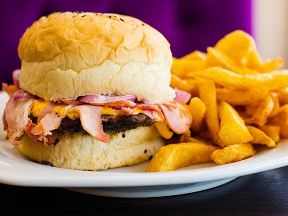 Hamburguesa cheddar con panceta y papas fritas