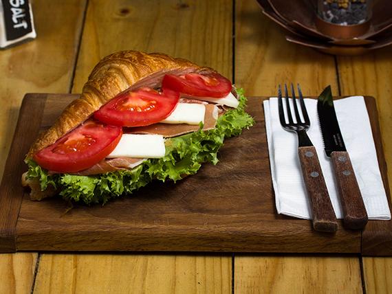 Croissant serrano con queso de cabra