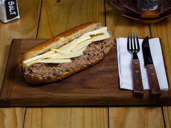 Sándwich en pan ciabatta  con carne mechada y muzzarella