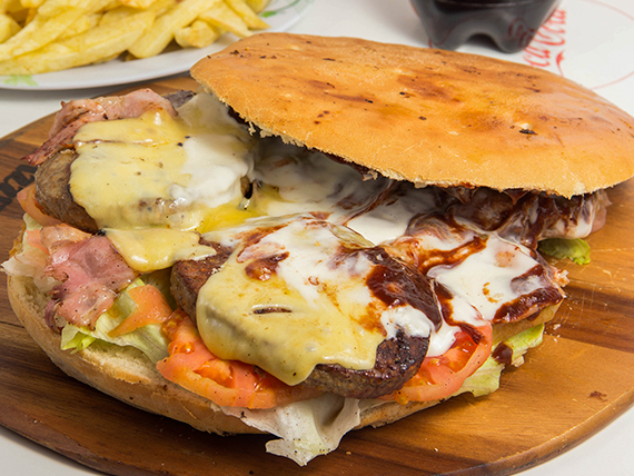 Combo 9 - Sándwich máximo XL + papas fritas naturales (para 4 personas) + bebidas 1.5 L
