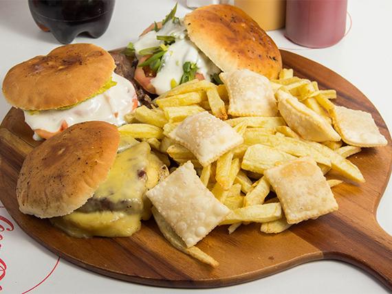 Combo 5 - 3 churrascos + papas fritas grandes + 6 empanadas de queso + 1 bebida Coca Cola 1.5 L