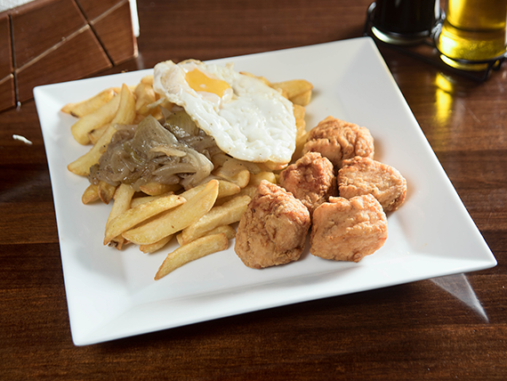 Chicharrón de pollo con papas fritas a lo pobre