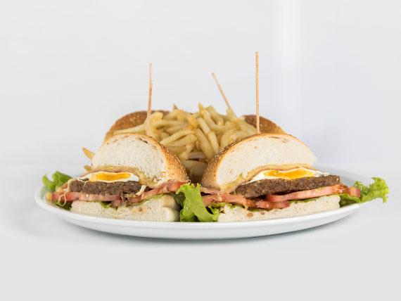 Hamburguesa al pan con papas fritas