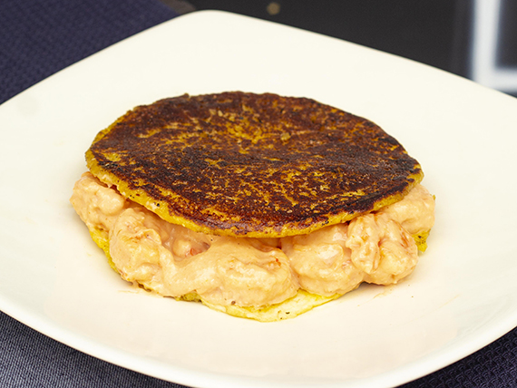 Arepa con Selectos Camarones en Salsa Marinera