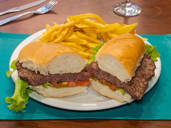 Hamburguesa natural al pan con papas fritas