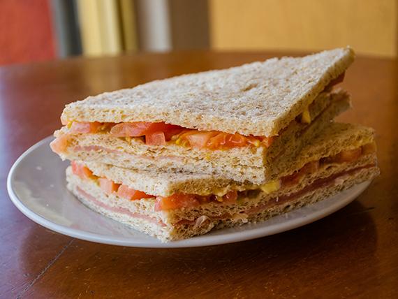 Sándwich triple de miga de jamón crudo y tomate