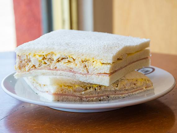 Sándwich triple de miga de pollo y huevo