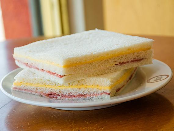 Sándwich triple de miga de salame y queso