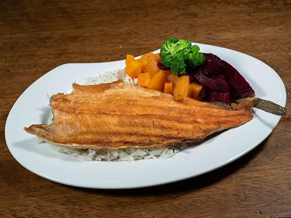 Trucha a la plancha con arroz blanco y ensalada cocida
