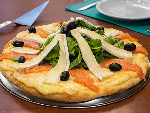Pizza con salmón y brie