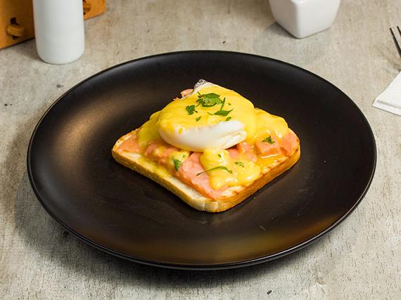 Huevo pochado sobre tostada de pan + té o café