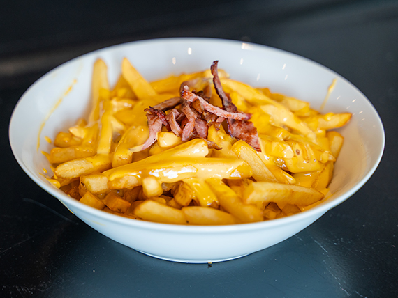 Papas con queso cheddar y bacon