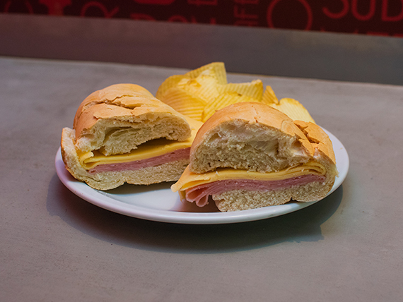 Sándwich en baguette de jamón y queso tostado con papas