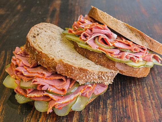 Sándwich de pan de centeno de pastron