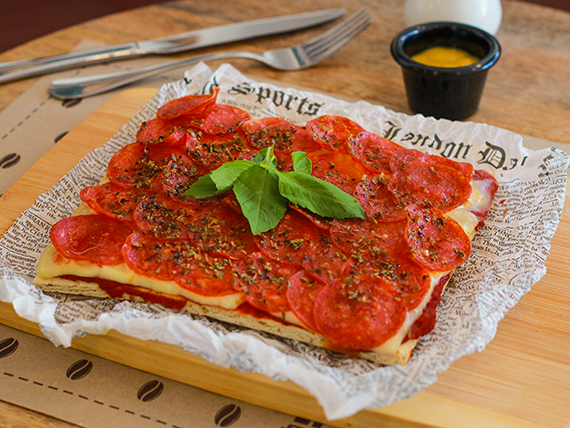 Pizza con pepperoni, queso y salsa de tomate