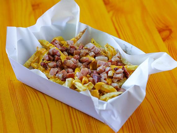 Papas fritas con queso cheddar y bacon