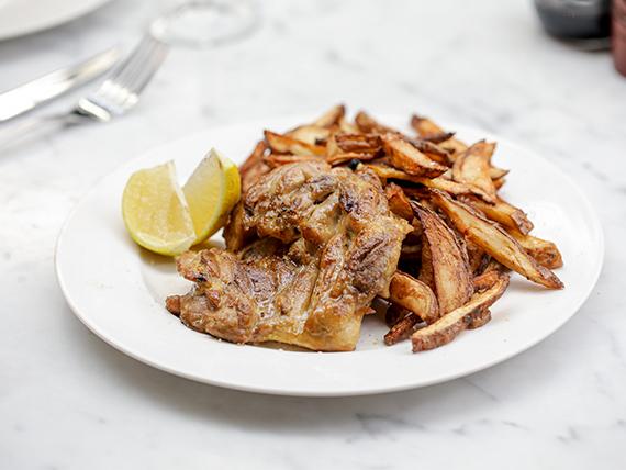 Muslo de pollo deshuesado a las brasas con papas fritas rusticas