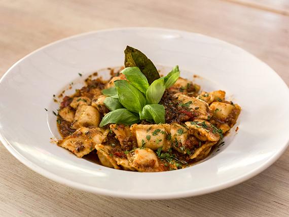Ravioles de pollo y verdura con salsa bolognesa