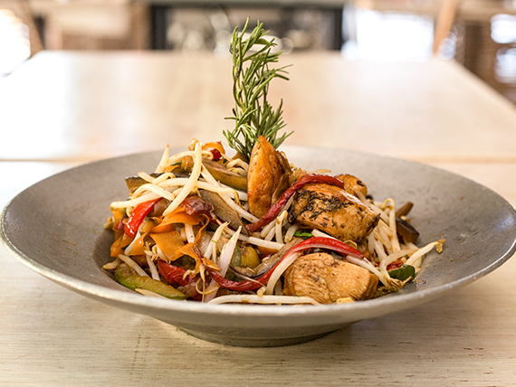 Wok de vegetales con pollo