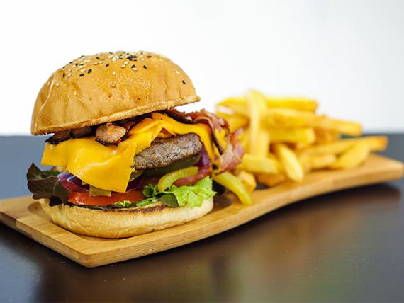 Julieta burger con papas fritas