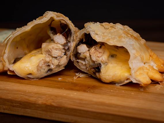 Empanada de queso, pollo y champiñón