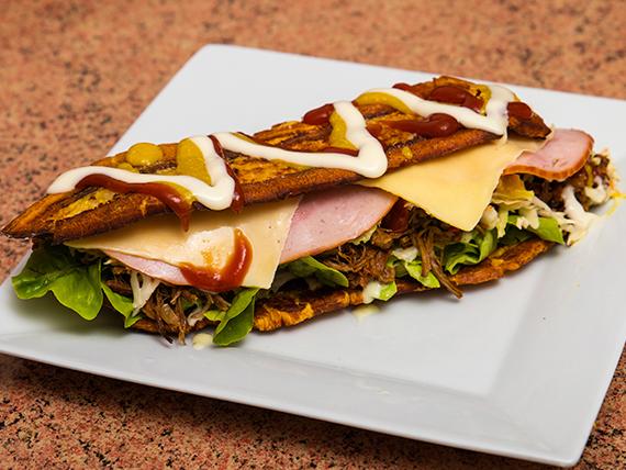 Patacon con ensalada, queso y salsas