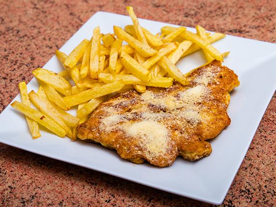 Milanesa de pollo empanizado con papas fritas
