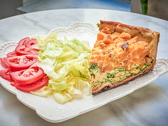Tarta bicolor con ensalada