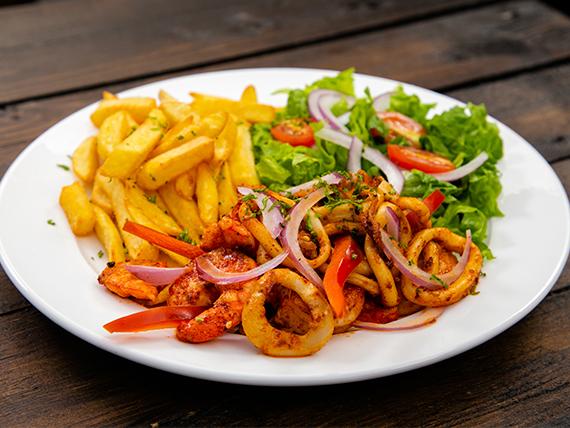 Mixto de mariscos con papas fritas y ensalada lechuga, cebolla morada, tomates cherry y vinagreta