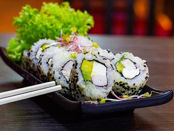 16 - Roll de Kanikama, queso crema, palta