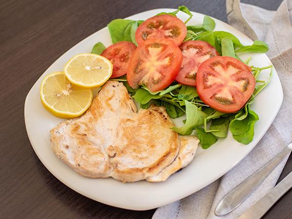 Pechuga de pollo grillé con ensalada de rucula y tomate
