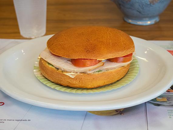 Sándwich de pollo en pan brioche