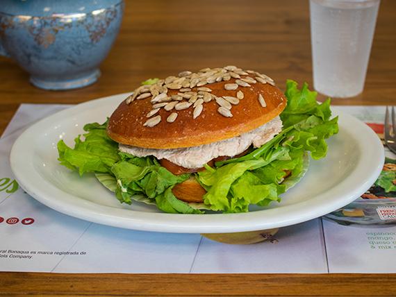 Sándwich de atún en pan brioche con semillas de girasol