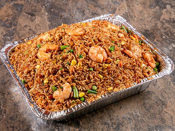 Bandeja de arroz frito con camarones