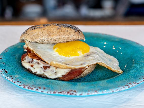 Bagel de panceta, queso y huevo