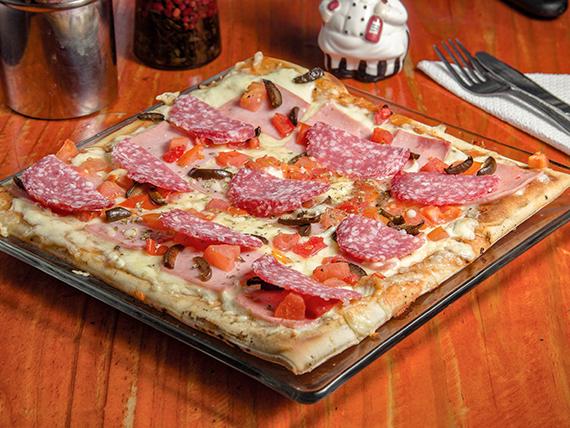 Pizza al salame (32x32cm)