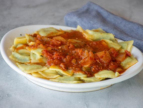 Ravioles con salsa fileto