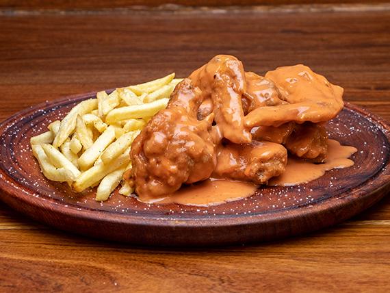 5 alitas de pollo con una salsa a elección + guarnición