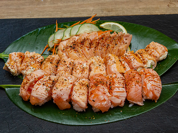 Promo 6 - Geishas salmón flameadas con togarashi (10 piezas) + sashimi salmón sellados a la plancha con togarashi (10 piezas) + niguiris salmón flameados con togarashi (10 piezas)